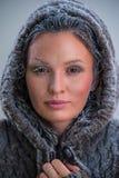 Νέα γυναίκα που φορά hoodie Στοκ Εικόνα