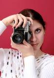 Νέα γυναίκα που φωνάζει κρατώντας μια φωτογραφική μηχανή διαθέσιμη Στοκ φωτογραφία με δικαίωμα ελεύθερης χρήσης