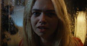 Νέα γυναίκα που φωνάζει προσέχοντας τη θύελλα απόθεμα βίντεο
