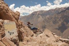 Νέα γυναίκα που φωτογραφίζει τους κόνδορες σε Colca, Arequipa, Περού Στοκ φωτογραφία με δικαίωμα ελεύθερης χρήσης