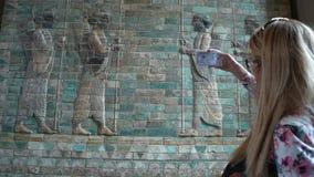 Νέα γυναίκα που φωτογραφίζεται στις αρχαίες bas-ανακουφίσεις Babylonian smartphone στο μουσείο του Λούβρου στο Παρίσι, Γαλλία απόθεμα βίντεο