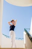 Νέα γυναίκα που χορεύει στην άσπρη πόλη Στοκ εικόνες με δικαίωμα ελεύθερης χρήσης