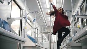 Νέα γυναίκα που χορεύει στο υπόγειο τρένο Χορός Πολωνού ελκυστική χτένα ανασκόπησης που πετά τις γκρίζες γυναικείες νεολαίες τριχ απόθεμα βίντεο