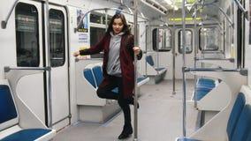 Νέα γυναίκα που χορεύει στο υπόγειο τρένο Χορός Πολωνού, πηδά στον πόλο και την ένωση σε το φιλμ μικρού μήκους