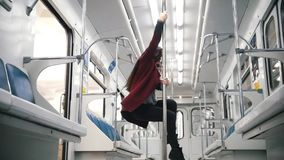 Νέα γυναίκα που χορεύει στο υπόγειο τρένο Χορός Πολωνού απόθεμα βίντεο
