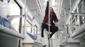 Νέα γυναίκα που χορεύει στο υπόγειο τρένο απόθεμα βίντεο