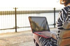 Νέα γυναίκα που χρησιμοποιεί έναν υπολογιστή ενάντια στη θάλασσα Bosphorus, Ιστανμπούλ Στοκ φωτογραφίες με δικαίωμα ελεύθερης χρήσης