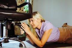 Νέα γυναίκα που χρησιμοποιεί ένα τρυπάνι στοκ εικόνες με δικαίωμα ελεύθερης χρήσης