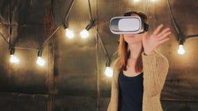 Νέα γυναίκα που χρησιμοποιεί τα γυαλιά εικονικής πραγματικότητας απόθεμα βίντεο