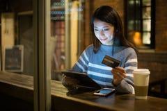 Νέα γυναίκα που χρησιμοποιεί την πιστωτική κάρτα για την πληρωμή στην ταμπλέτα Στοκ φωτογραφία με δικαίωμα ελεύθερης χρήσης