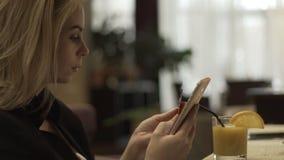 Νέα γυναίκα που χρησιμοποιεί την πλαστική τραπεζική κάρτα και το κινητό τηλέφωνο για on-line να ψωνίσει απόθεμα βίντεο