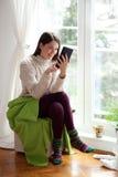 Νέα γυναίκα που χρησιμοποιεί την ταμπλέτα Στοκ Φωτογραφίες
