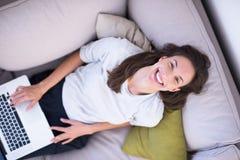 Νέα γυναίκα που χρησιμοποιεί τη τοπ άποψη lap-top στο σπίτι Στοκ φωτογραφίες με δικαίωμα ελεύθερης χρήσης