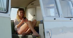 Νέα γυναίκα που χρησιμοποιεί το κινητό τηλέφωνο 4k φιλμ μικρού μήκους