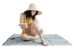 Νέα γυναίκα που χρησιμοποιεί sunblock Στοκ Εικόνα