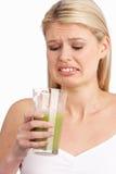 Νέα γυναίκα που δεν απολαμβάνει το υγιές ποτό Στοκ εικόνες με δικαίωμα ελεύθερης χρήσης