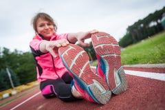 Νέα γυναίκα πρίν τρέχει Στοκ εικόνες με δικαίωμα ελεύθερης χρήσης