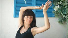 Νέα γυναίκα πρόσφατα και κάνοντας την άσκηση πρωινού και τεντώνοντας στο κρεβάτι της απόθεμα βίντεο