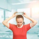Νέα γυναίκα δροσερή κάτω μετά από το workout με το κρύο μπουκάλι νερό μάτια Στοκ εικόνα με δικαίωμα ελεύθερης χρήσης