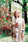 Νέα γυναίκα σε έναν οπωρώνα μήλων Το πορτρέτο του κοκκινομάλλους κοριτσιού Στοκ εικόνα με δικαίωμα ελεύθερης χρήσης