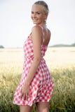 Νέα γυναίκα σε έναν τομέα καλαμποκιού Στοκ φωτογραφία με δικαίωμα ελεύθερης χρήσης
