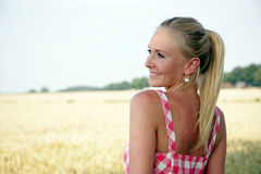 Νέα γυναίκα σε έναν τομέα καλαμποκιού Στοκ Εικόνα