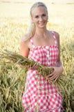 Νέα γυναίκα σε έναν τομέα καλαμποκιού Στοκ Εικόνες