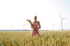 Νέα γυναίκα σε έναν τομέα καλαμποκιού Στοκ εικόνες με δικαίωμα ελεύθερης χρήσης
