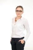 Νέα γυναίκα σε ένα άσπρο πουκάμισο και τα γυαλιά Στοκ Εικόνα