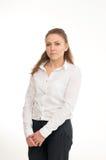 Νέα γυναίκα σε ένα άσπρο πουκάμισο στο άσπρο κλίμα στοκ φωτογραφία