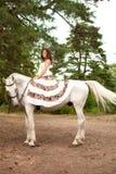 Νέα γυναίκα σε ένα άλογο Αναβάτης πλατών αλόγου, άλογο οδήγησης γυναικών Στοκ Εικόνα