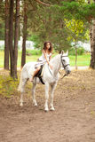 Νέα γυναίκα σε ένα άλογο Αναβάτης πλατών αλόγου, άλογο οδήγησης γυναικών Στοκ εικόνα με δικαίωμα ελεύθερης χρήσης