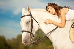 Νέα γυναίκα σε ένα άλογο Αναβάτης πλατών αλόγου, άλογο οδήγησης γυναικών στο β Στοκ Φωτογραφία
