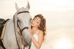 Νέα γυναίκα σε ένα άλογο Αναβάτης πλατών αλόγου, άλογο οδήγησης γυναικών στο β Στοκ φωτογραφίες με δικαίωμα ελεύθερης χρήσης
