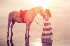Νέα γυναίκα σε ένα άλογο Αναβάτης πλατών αλόγου, άλογο οδήγησης γυναικών στο β Στοκ εικόνα με δικαίωμα ελεύθερης χρήσης