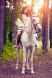 Νέα γυναίκα σε ένα άλογο Αναβάτης πλατών αλόγου, άλογο οδήγησης γυναικών Στοκ Φωτογραφία