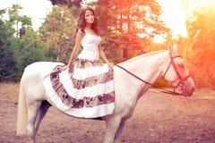 Νέα γυναίκα σε ένα άλογο Αναβάτης πλατών αλόγου, άλογο οδήγησης γυναικών Στοκ φωτογραφίες με δικαίωμα ελεύθερης χρήσης