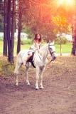 Νέα γυναίκα σε ένα άλογο Αναβάτης πλατών αλόγου, άλογο οδήγησης γυναικών Στοκ εικόνες με δικαίωμα ελεύθερης χρήσης