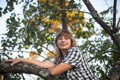 Νέα γυναίκα σε ένα δέντρο στον οπωρώνα της Apple Φύση Στοκ φωτογραφία με δικαίωμα ελεύθερης χρήσης