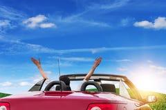 Νέα γυναίκα σε ένα αυτοκίνητο με έναν μετατρέψιμο στο δρόμο στη φύση μια ηλιόλουστη ημέρα Στοκ φωτογραφία με δικαίωμα ελεύθερης χρήσης
