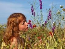 Νέα γυναίκα σε ένα λιβάδι Στοκ Εικόνες