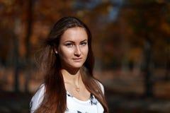 Νέα γυναίκα σε ένα πάρκο το φθινόπωρο Στοκ Εικόνες