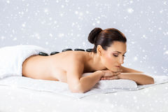 Νέα γυναίκα σε ένα πίσω μασάζ στο χιόνι Στοκ Φωτογραφία