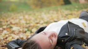 Νέα γυναίκα σε ένα πικ-νίκ στο πάρκο φθινοπώρου φιλμ μικρού μήκους
