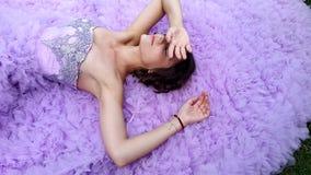 Νέα γυναίκα σε ένα ρόδινο φόρεμα με μια μακροχρόνια τοποθέτηση τραίνων απόθεμα βίντεο