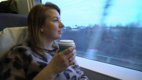 Νέα γυναίκα σε ένα τσάι ή έναν καφέ κατανάλωσης αυτοκινήτων τραίνων απόθεμα βίντεο
