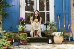Νέα γυναίκα σε ένα patio στοκ φωτογραφία με δικαίωμα ελεύθερης χρήσης