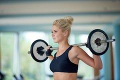Νέα γυναίκα σε βάρη ανύψωσης γυμναστικής ικανότητας στοκ εικόνα με δικαίωμα ελεύθερης χρήσης