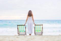 Νέα γυναίκα σε μια άσπρη τοποθέτηση φορεμάτων στην παραλία Στοκ εικόνες με δικαίωμα ελεύθερης χρήσης