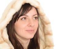 Νέα γυναίκα σε μια γούνινη κουκούλα που απομονώνεται στην άσπρη ανασκόπηση στοκ εικόνες
